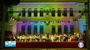 Concerto de Natal anima o Centro do Rio de Janeiro - Cerca de 100 alunos do programa Orquestra nas Escolas da prefeitura do Rio se apresentaram no prédio da Escola de Formação Paulo Freire, na Avenida Presidente Vargas. Dois coros acompanham a apresentação.