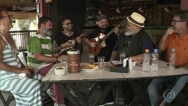 Jorge Aragão surpreende Raimundo Porquinho - Enquanto rola a obra na churrasqueira de Porquinho, Raimundo e Ana Maria se divertem na roda de samba