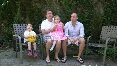 Gêmeos De Dois Pais - O brasileiro Augusto e o americano Danny se apaixonaram à primeira vista em Nova York. Queriam muito ter filhos, contrataram uma agência e fizeram uma inseminação artificial.