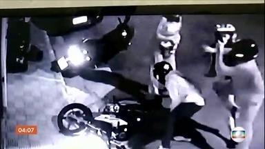 Tentativa de assalto termina em morte, em SP - Imagens mostram o momento que a vítima e uma amiga foram abordadas pelos bandidos e reagiram.