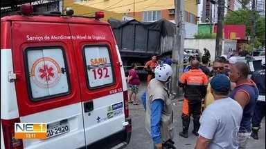 Caminhão perde controle, imprensa veículos e invade agência dos Correios no Recife - Acidente aconteceu na Avenida Norte, no bairro da Encruzilhada, Zona Norte do Recife.