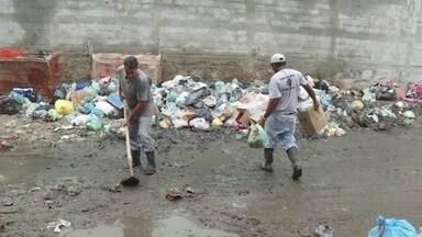 Moradores da Muzema reclamam da falta de caçambas pra jogar lixo - Segundo moradores, coleta de lixo não foi comprometida, mas faltam lugares apropriados pra depositar os resíduos