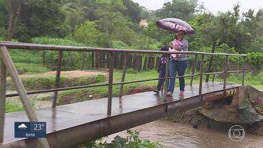 Chuva traz preocupação a moradores do Bairro Braúnas, em Belo Horizonte - Moradores sofrem com buracos nas ruas e com o risco de novas enchentes do córrego Água Funda.