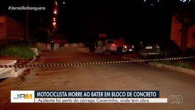 Motociclista morre após bater em bloco de concreto, em Goiânia - Rua onde ocorreu o acidente é mal sinalizada, dizem moradores.