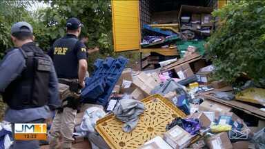 Caminhão dos Correios é assaltado e abandonado na BR-010, em Açailândia - Bandidos desviaram o caminhão, fizeram o motorista refém e roubaram parte da carga de produtos diversos.