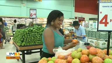 Supermercados ficam lotados com a procura de produtos para ceia de Natal - Consumidores chegam cedo para consumir os produtos da ceia. Teve loja que fechou por volta de 1h da madrugada.