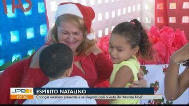 """Crianças recebem presentes e se alegram com a visita da """"Mamãe Noel"""" - Espírito natalino."""