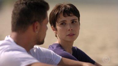 Rita agradece a Jorginho por não ter contado a verdade sobre a identidade dela - Ela conta que quer fazer justiça contra Carminha