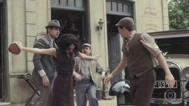 Inês tenta apartar briga entre Alfredo e Carlos - Afonso repreende os dois