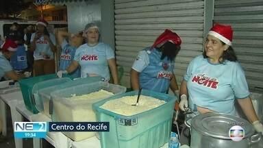 Voluntários fazem ceia de natal para moradores de rua no Recife - Ação é realizada no Centro da capital pernambucana.