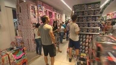 Venda de brinquedos para presentes de Natal lota lojas em Sorocaba - O Papai Noel vai ter muito trabalho para presentear as crianças. As lojas de brinquedos ficaram lotadas o dia todo.