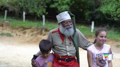 Crianças conhecem Papai Noel e ganham presente de Natal pela primeira vez - Elas moram na zona rural de São José do Barreiro e nunca haviam recebido a visita do Papai Noel.