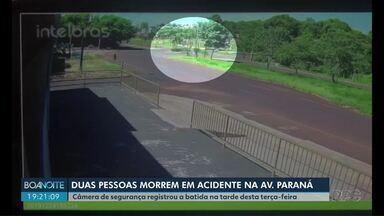 Carro se parte ao meio depois de acidente. Duas pessoas morreram - Batida foi entre dois carros em Foz do Iguaçu. Outras três pessoas ficaram feridas