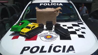 Destaque G1: Mulher é presa ao receber caixa de brinquedos cheia de maconha - Ao todo foram apreendidos cinco quilos de maconha.