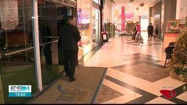 Muitos moradores de Cachoeiro deixaram as compras de Natal para o último dia - Pessoas lotaram as ruas de Cachoeiro.