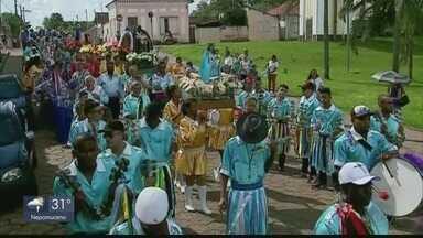 Congada é tradição no fim de ano em São Sebastião do Paraíso - Festa de cores e música reúne participantes em desfiles nas ruas