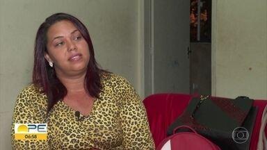 Empreendedorismo: porteira consegue renda extra vendendo bolsas - Katyane Lyra precisou aumentar a renda para sustentar os cinco filhos.