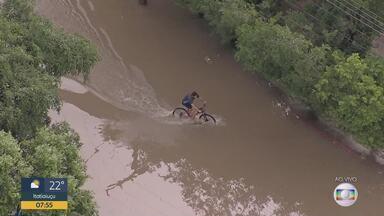 Ciclista se arrisca na água que inundou a avenida Otacílio Negrão de Lima - Imagens foram feitas pelo Globocop na manhã desta quinta-feira (2).