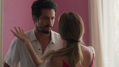 Marcos mostra preocupação com Diogo - Marcos e Paloma curtem o momento a sós