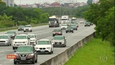 Bandidos atiram pedras contra os veículos para atacar e roubar motoristas - Os criminosos atiram pedras contra os carros para forçar os motoristas a parar. Aí, anunciam o roubo. Só em São Paulo, foram registrados três casos desse tipo nos últimos dois dias.