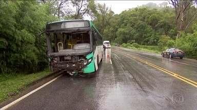Duas pessoas morrem em acidente entre um carro e um ônibus na Zona da Mata mineira - A batida foi na BR-040. Os dois ocupantes do carro morreram na hora. No ônibus, estavam 15 passageiros; cinco tiveram ferimentos leves.