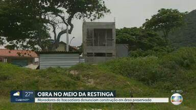 Moradores de Itacoatiara denunciam construção da Prefeitura de Niterói no meio de restinga - Banhistas pediram a construção de um posto de salva-vidas, porém, essa obra está sendo feita em área de preservação ambiental.