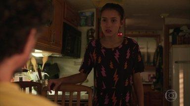 Carolina ofende Durval - Ela fica revoltada após ele sumir com vestido dela