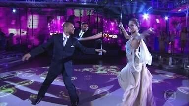 Faustão relembra momentos de Diogo Nogueira no Domingão - Apresentador recebe o cantor no palco do programa