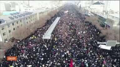Milhares de iranianos participam de homenagens ao general Qassem Soleimani - A morte do comandante militar, um dos homens mas poderosos do Irã, num bombardeio feito pelos Estados Unidos na última sexta (3) deteriorou de vez uma relação já bastante comprometida entre os dois países.