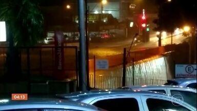 Temporal deixa estragos em São Carlos, SP - Ruas e lojas firam tomadas por por água e lama.