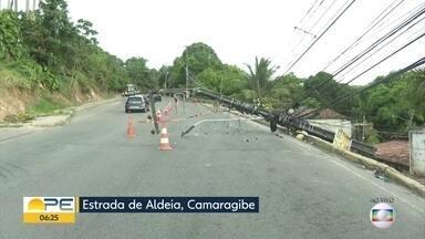 Motorista derruba poste na Estrada de Aldeia - Acidente aconteceu às 3h30, segundo a Secretaria de Trânsito e Transporte de Camaragibe.