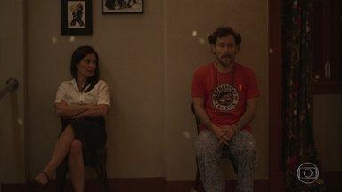 Durval desabafa com Thelma sobre Carolina - A viúva questiona o amigo sobre as aulas de culinária que ele deu a Danilo