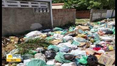 Moradores e turistas denunciam acúmulo de lixo na Ilha de Itamaracá - Prefeitura informou que montou operação emergencial com mais um turno de coleta para resolver problema.