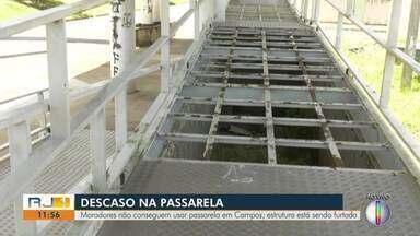 Estrutura de passarela, em Campos dos Goytacazes, RJ, está sendo furtada - Situação deixa moradores sem poder usar a passarela.