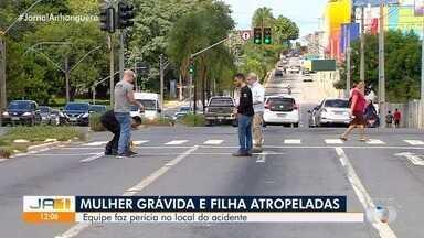 Equipe faz perícia no local do acidente que matou grávida e filha de 4 anos em Goiânia - Elas foram atropeladas na Avenida Independência.