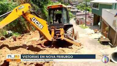 Defesa Civil faz vistoria na localidade de Santa Bernadete, em Nova Friburgo - Chuva forte dos últimos dias provocou um deslizamento de terra que deixou uma família desalojada na região.