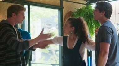 Filipe ameaça Rui - O filho de Lígia acredita que Rita esteja apoiando as atitudes de Rui e se chateia com a jovem