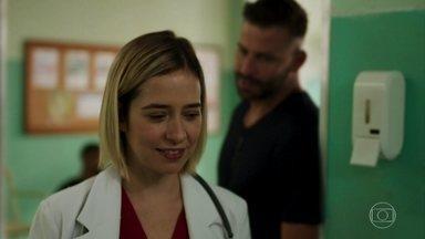 Lígia fica impactada por Madureira - Os dois trocam olhares enquanto conversam sobre a situação de Milena