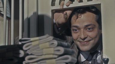 Zeca tira todo o dinheiro que tem no banco - Ele está animado com o novo negócio que vai montar com Neves