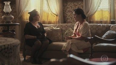 Lola recebe a visita de Emília - Emília promete arrumar um emprego para Carlos, mas impõe condições