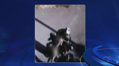 Homem é assaltado, fica sem roupa e briga com ladrão - Um motoboy foi assaltado no Jardim Santa Marta, na zona norte de Sorocaba (SP). As imagens de câmeras de segurança registraram a ação no domingo (5) e foram divulgadas nesta terça-feira (7).