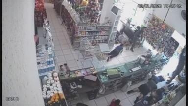 Dupla rende clientes e funcionários de loja em Itatiba - Uma loja de produtos agrícolas foi assaltada nesta segunda-feira (6) em Itatiba (SP). Câmeras de segurança do local gravaram a ação dos criminosos.