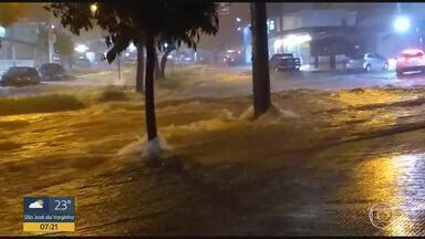Chuva forte causa transtornos em Belo Horizonte - Só na primeira semana do ano, oito das nove regionais da cidade já registraram mais do que 50% do volume de chuvas esperado para o mês de janeiro.