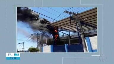 Parte do teto do estádio Moacyrzão pega fogo - Um dia depois da parte do teto desabar, parte do estádio de Macaé pega fogo.