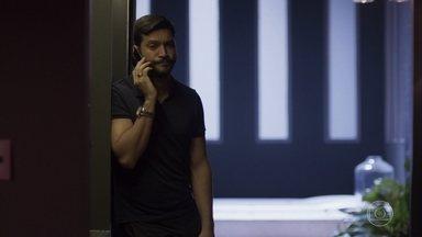 Diogo é informado sobre a morte de Jeniffer - Diogo fica com o celular de Jeniffer
