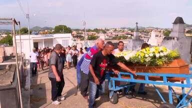 Passageiro morto sem reagir a assalto é enterrado - Em clima de revolta, foi enterrado o passageiro assassinado num ônibus em Senador Camará. Imagens mostram que o assaltante atirou porque deu vontade.
