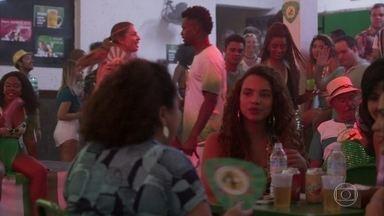 Alegrias e tensões no ensaio de samba - Peçanha observa Paloma