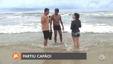 Litoral Norte tem tempo nublado, mas não afasta veranistas da beira-mar neste sábado - Assista ao vídeo.