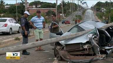 Motorista perde o controle e bate em poste na Estrada do Araçagi - Acidente aconteceu na manhã de domingo (12) e todos os ocupantes do veículo saíram feridos.