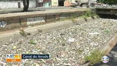 Lixo toma conta do canal do Arruda, no Recife - Garrafas plásticas, sacolas e metralha entopem o local de resíduos.